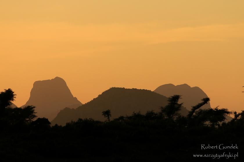 Etiopia - Zachód słońca w drodze