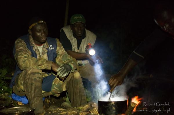 Wieczór w lesie deszczowym przy ognisku