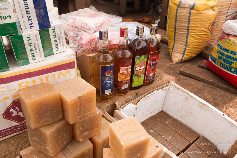 Jaunde – mydło i alkohol na targu