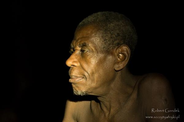 Najstarszy członek rodziny Pigmejów z rezerwatu Dja