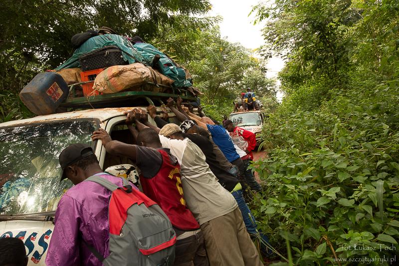W drodze z Somalomo do Jaunde – podnosimy minibusa zakopanego w błocie