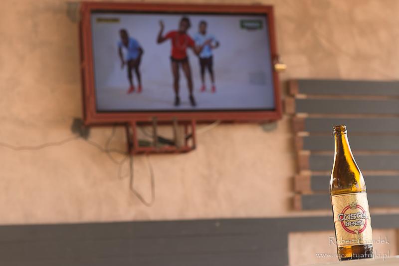 Piwo i telewizor w knajpce w Lobe